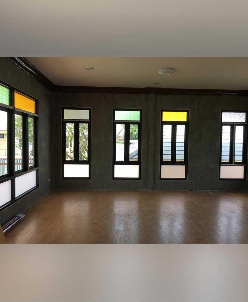 หน้าต่างบานกระทุ้ง-กระจกสลับสี